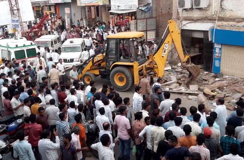 जालोर में बड़ा हादसा, पुराने भवन में चल रहा था बैंक, छज्जा गिरने से दो की मौत