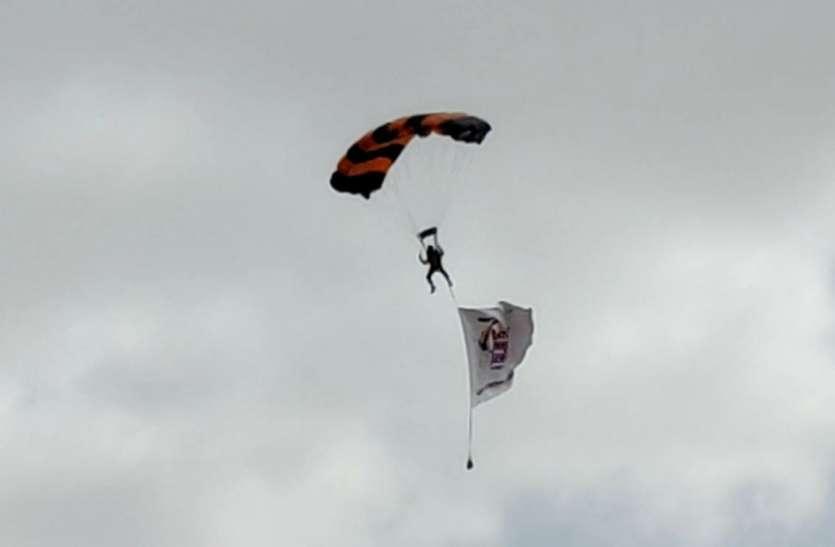 10 हजार फीट की ऊंचाई से कूदे जांबाज