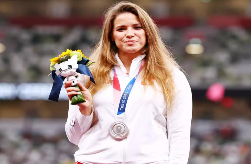 टोक्यो ओलंपिक में सिल्वर मेडल जीतने वाली भालाफेंक खिलाड़ी मारिया ने 8 महीने के बच्चे के लिए नीलाम किया अपना मेडल