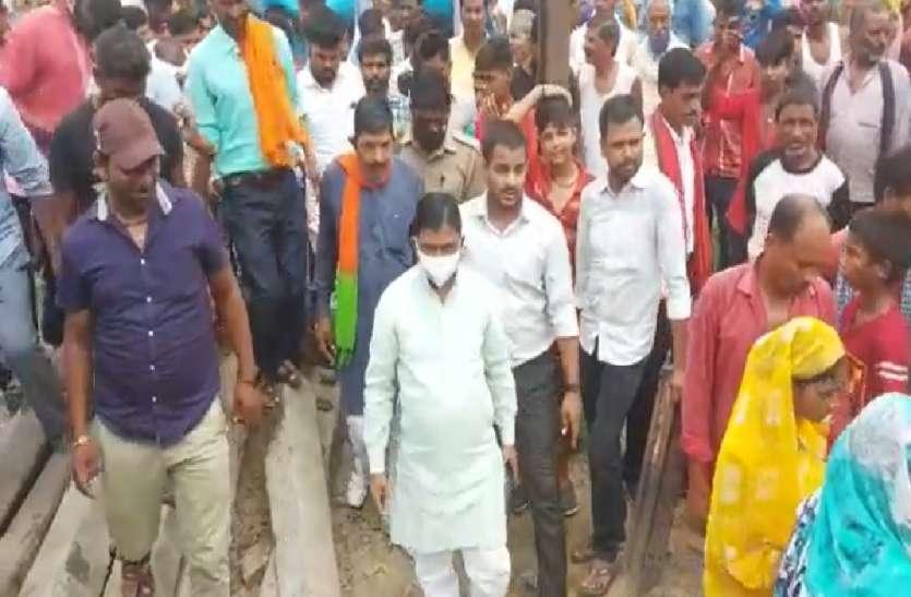 रेलवे की लापरवाही से परेशान ग्रामीणों ने सामूहिक आत्मदाह की दी धमकी, सांसद का किया घेराव