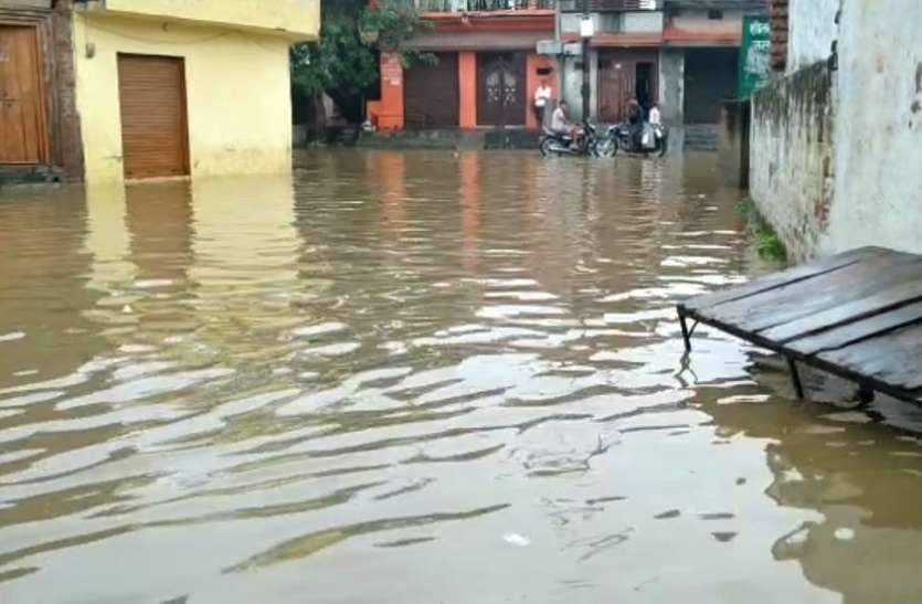 वेस्ट में एक दिन की बरसात से सड़कें जलमग्न, घरों तक में भरा पानी