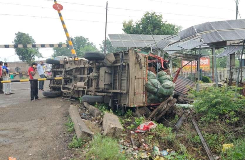 रेलवे गेट से टकरा कर पलटा ट्रक, सिग्नल सिस्टम फेल होने से आउटर पर खड़ी रहीं ट्रेनें