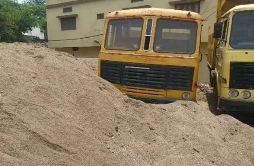 27 लाख रुपए की 7654 टन बजरी का अवैध खनन