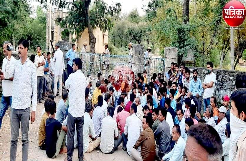 बिजली पोल पर काम करते एफआरटी के कार्मिक की करंट लगने से मौत, ग्रामीणों ने किया प्रदर्शन