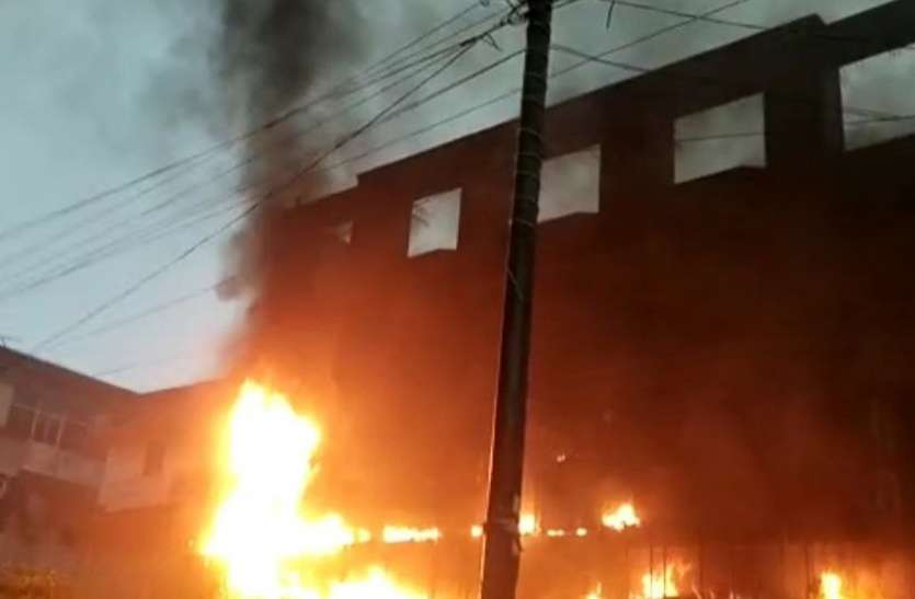 ज्वेलरी शोरूम में भीषण आग लगने से मची भगदड़, लाखों का माल जलकर राख