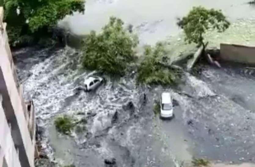 गाजियाबाद में दीवार तोड़कर सोसाइटी में घुसा पानी, खिलौनों की तरह बह गई कारें