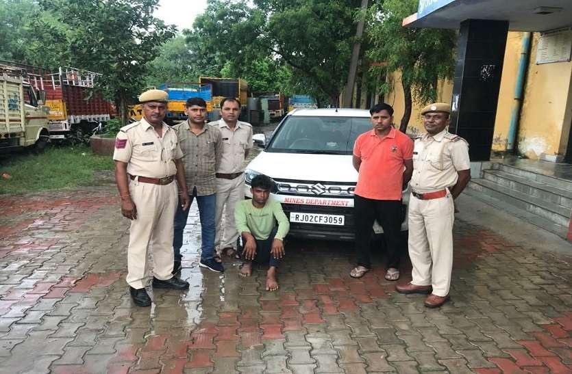 अलवर से चोरी कार नाकाबंदी में पकड़ी, आरोपी से हथियार बरामद