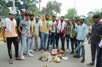 रालोद कार्यकर्ताओं ने फूंका योगी के मंत्री का पुतला, लगाए गंभीर आरोप