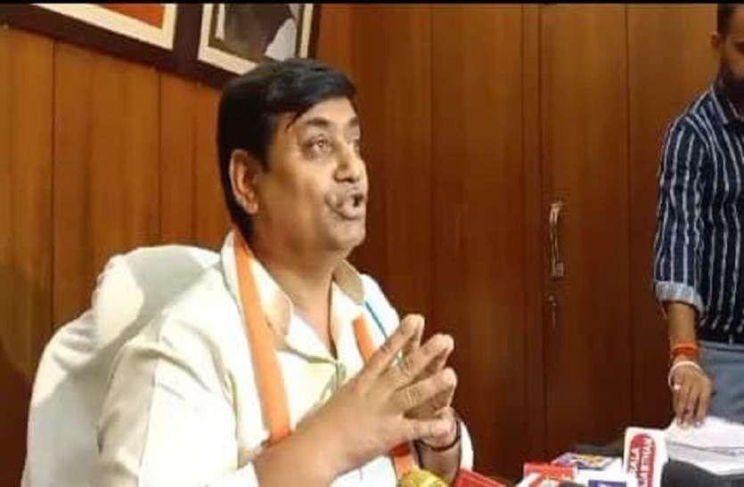 केन्द्रीय गृह राज्य मंत्री के इस्तीफे की मांग, कांग्रेस नेताओं का मौन व्रत