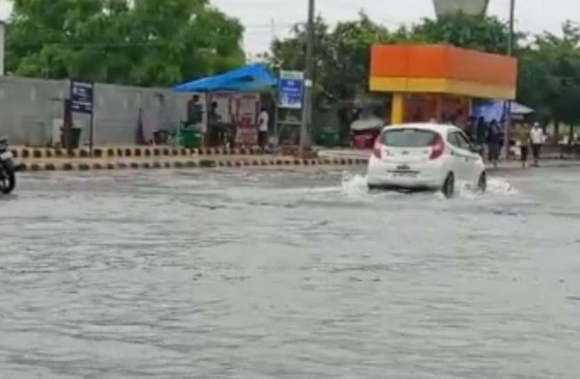 बारिश ने लोगों को उमस भरी गर्मी से दी राहत,भारी बारिश से सड़कें हुईं जलमग्न