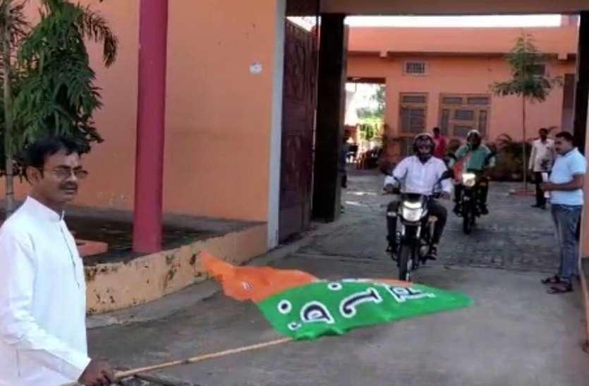 भाजपा विधायक ने चुनाव प्रचार के लिए खरीदी 5 मोटर साइकिल, कार्यकर्ताओं को सौंपी चाबी