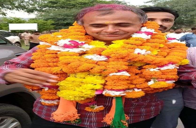 जिला प्रमुख के लिए काफी सियासी जंग व मंथन के बाद आखिरकार भाजपा के जिलाध्यक्ष नारायण पुरोहित के भाई अर्जुन पुरोहित बने सिरोही के जिला प्रमुख