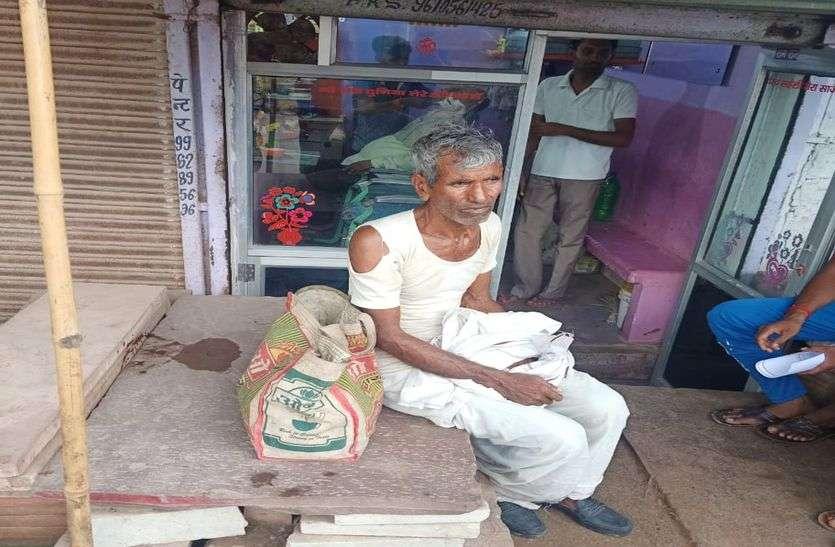 बुजुर्ग के कुर्ते पर गन्दगी डाल बदमाशों ने पार किए 50 हजार रुपए