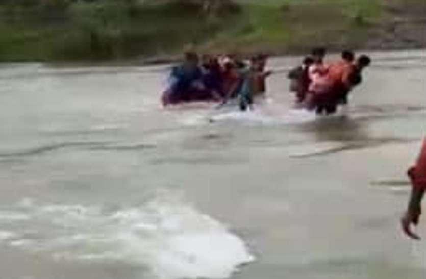 नदी पार करते समय आ गई बाढ़, तेज बहाव में बह गए छात्र, वीडियो वायरल
