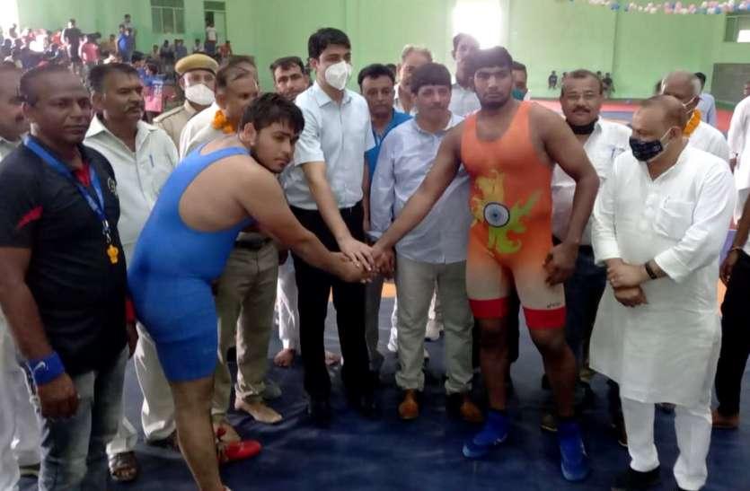 करौली में राज्य स्तरीय कुश्ती प्रतियोगिता का आगाज, पहलवानों ने दिखाए दांवपेच