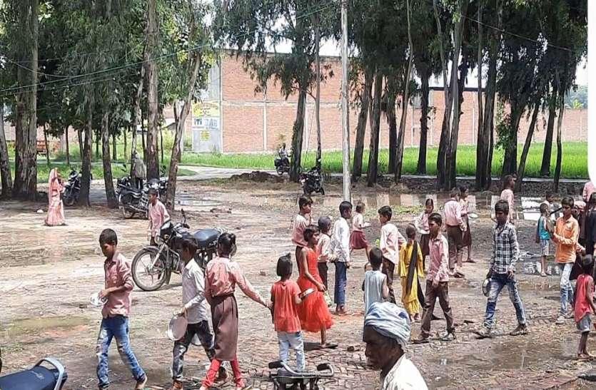 यहां बिना पुस्तक के स्कूल आ रहे बच्चे, सरकारी गोदाम में सड़ रही किताबें