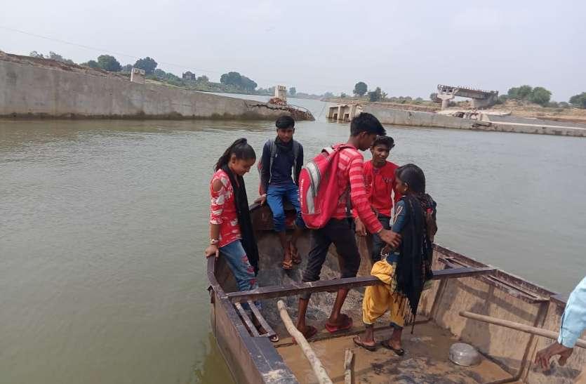बाढ़ में टूटा पुल बना नौनिहालों की पढ़ाई में रोड़ा