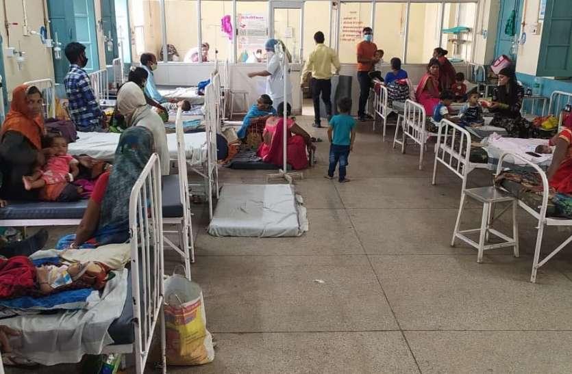 जिला अस्पताल में शिशु वार्ड फुल, एक पलंग पर तीन-तीन बच्चों को कर रहे भर्ती