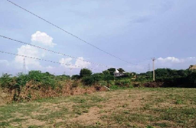 खेत में झूलते बिजली के तार,खतरे का अंदेशा