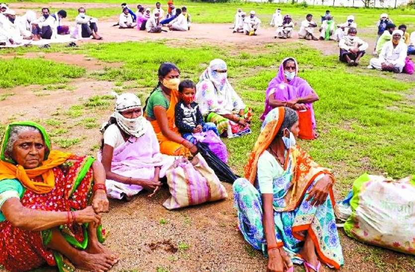 Movement: किसानों ने किया कलेक्ट्रेट का घेराव, मांगा न्याय