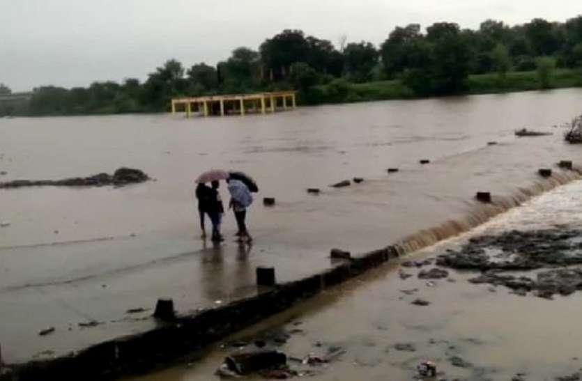 परवन नदी उफानी  तीन ग्राम पंचायतों का संपर्क कटा