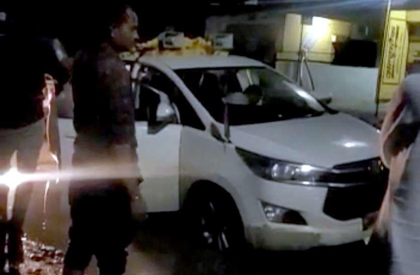 पीएम सड़क के गड्ढे में फंसी केन्द्रीय मंत्री की कार बमुश्किल निकली
