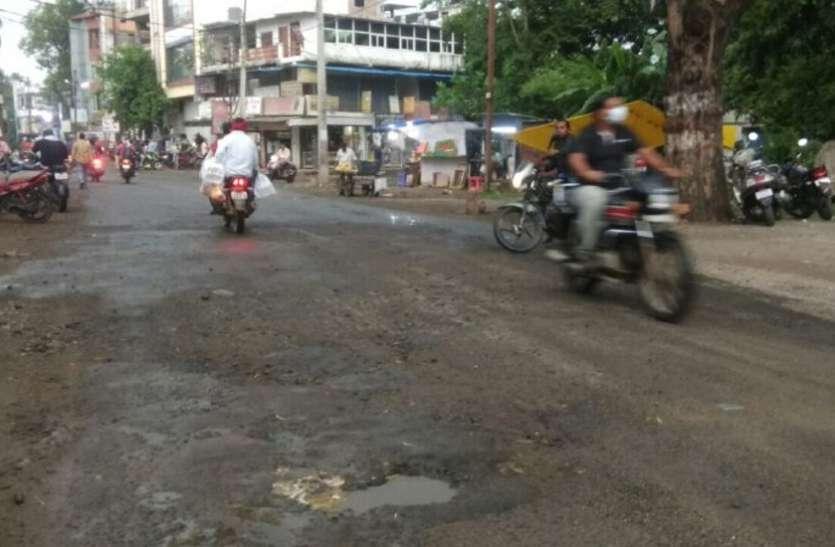 बुदनी से पथरौटा तक 35 किमी सड़क पर 320 गड्ढे, मुख्यालय की आधा दर्जन सड़कों पर गड्ढों की भरमार के बीच हो रहा खतरनाक सफर
