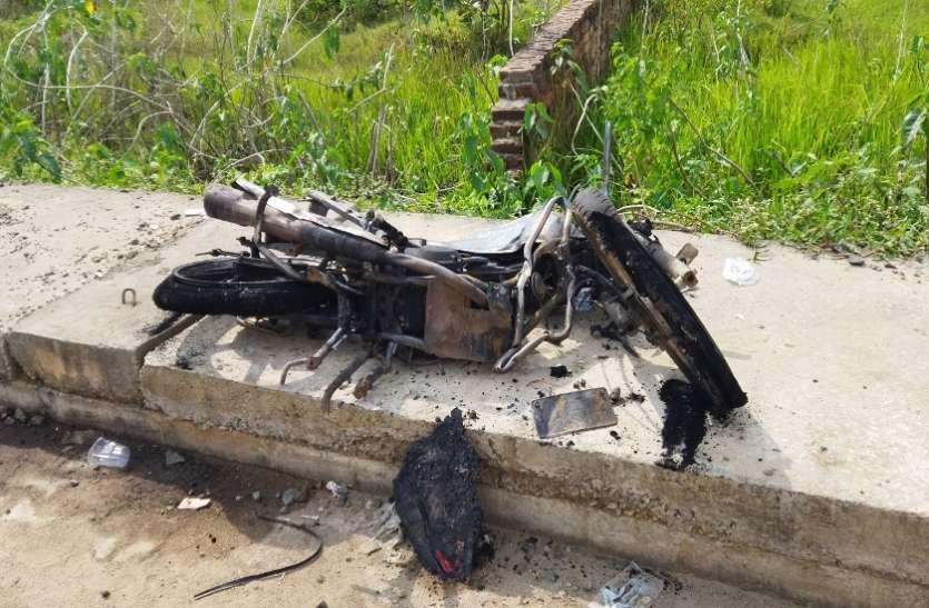 दर्दनाक हादसा: ट्रक में बाइक समेत फंसे युवक की कुचलकर मौत, बाइक-ट्रक में लगी आग