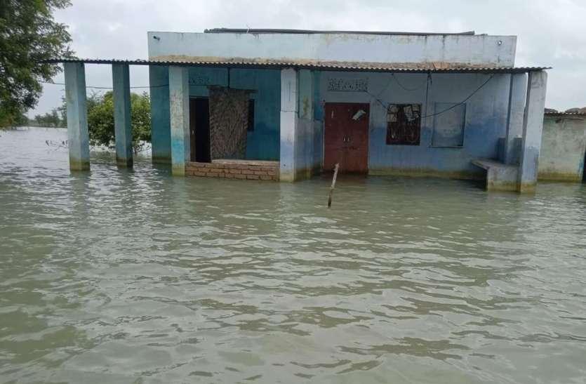 मकान व खेत एक माह से जलमग्न, एसडीएम कार्यालय पर दिया धरना