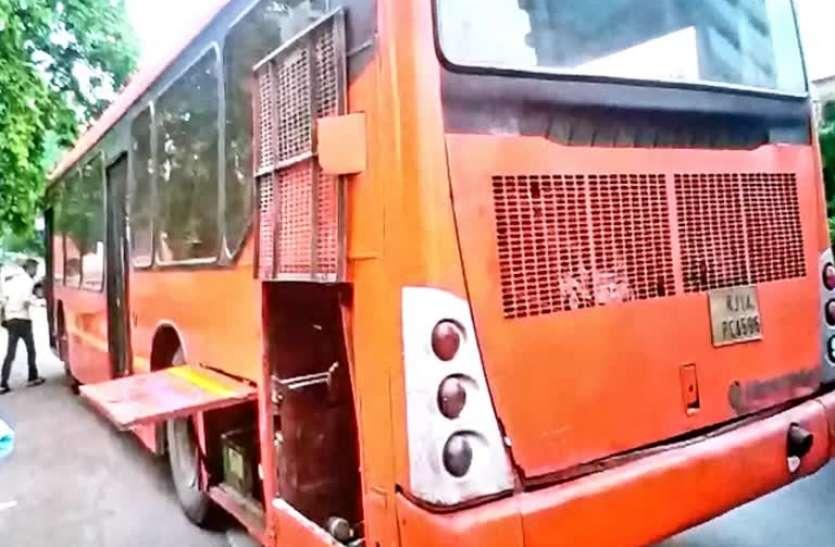 शॉर्ट सर्किट से लो-फ्लोर बस में लगी आग, इमरजेंसी गेट तोड़कर निकाले यात्री