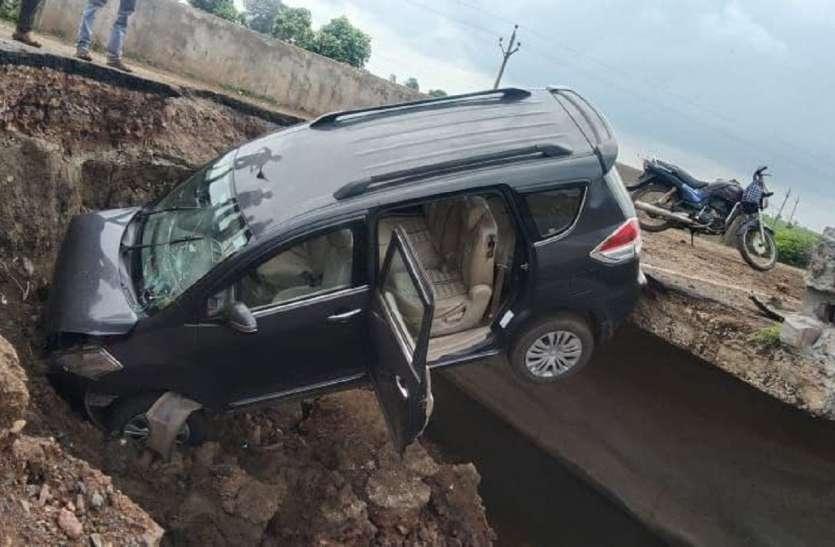 स्टेट हाइवे पर क्षतिग्रस्त पुलिया में कार गिरी, चालक बाल-बाल बचा