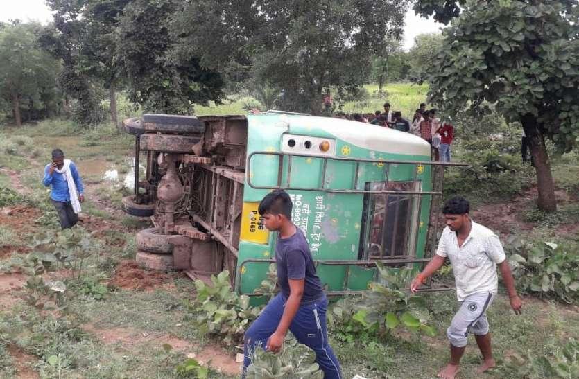 टीकमगढ़ से नौगांव जा रही यात्री बस बाइक सवार को बचाने के चक्कर में पलटी