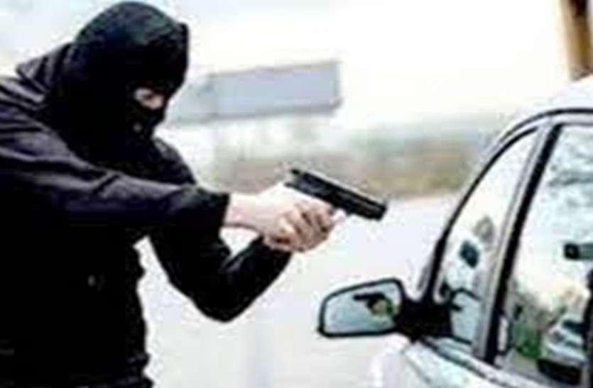 दिल्ली से सटे लोनी में बेखौफ बदमाशों ने कार सवार व्यापारी से साढ़े 14 लाख रुपये लूटे
