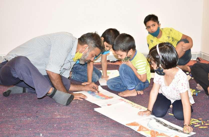 बच्चों ने अपनी पेंटिंग्स से 'सस्टेन बाय कार्टिस्ट'में बिखेरे रंग