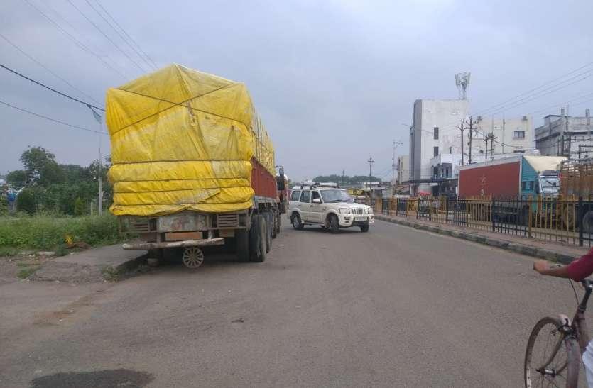 Truck: चालकों की जिद ट्रक खड़ा करेंगे तो सड़क पर ही