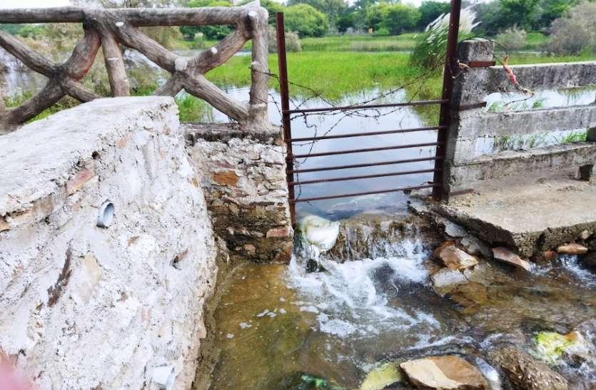 खड़े गणेश मंदिर तालाब की दीवार टूटी, बह रहा पानी