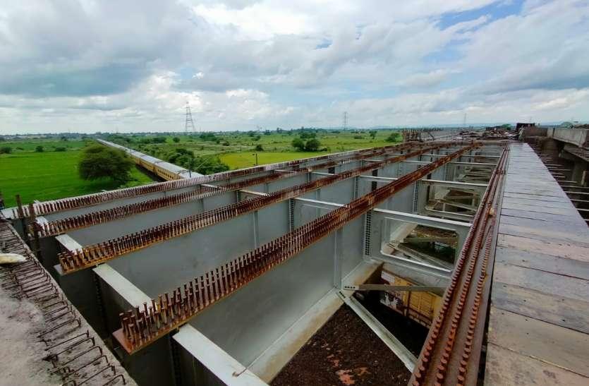 पटरी पर ब्रिज बनाने रेलवे से ब्लॉक मिलने में हुई देरीसे पिछड़ा ९९५ करोड़ के फोरलेन का काम
