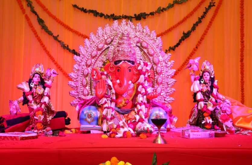 Ganpati Bappa Morya;भगवान गणेश को पहनाया गया फूलों का गजरा