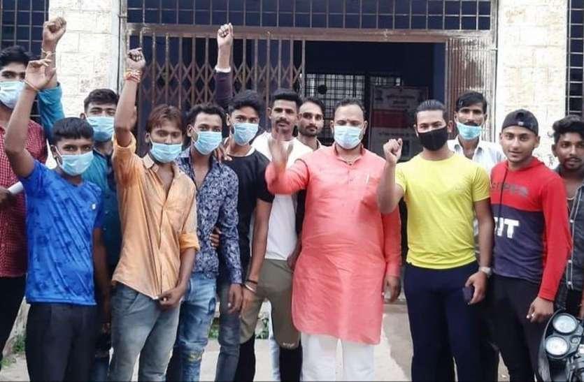 राष्ट्रीय गौ सेवा संघ के कार्यकर्ताओं ने  किया विरोध प्रदर्शन