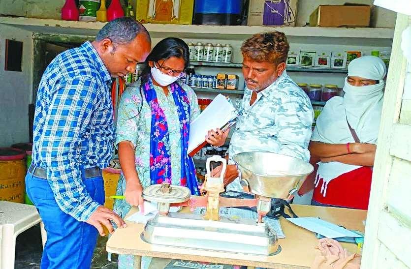 संयुक्त प्रशासनिक टीम ने की मैनपुर में कृषि केंद्रों की जांच