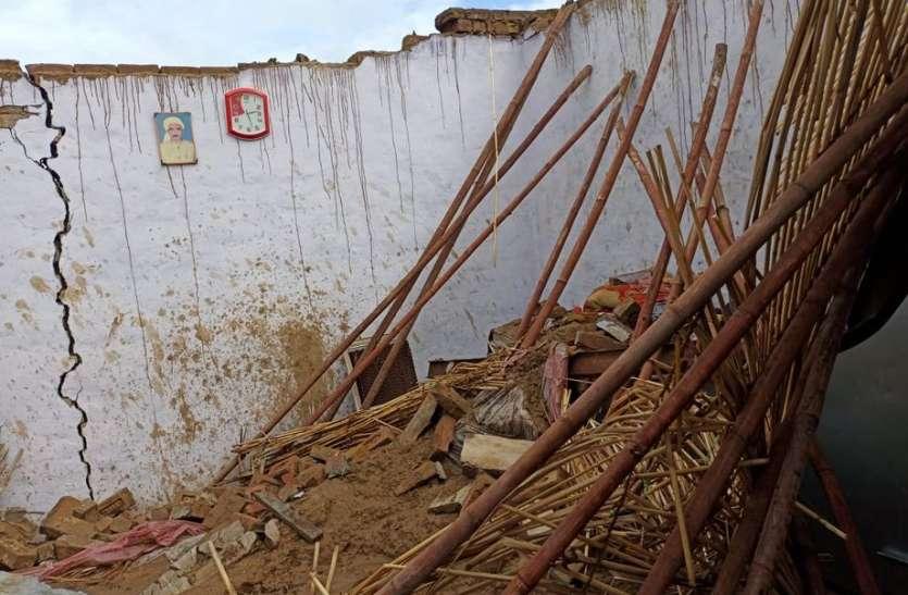 बरसात ने किया बेघर, गर्मी से दिलाई राहत