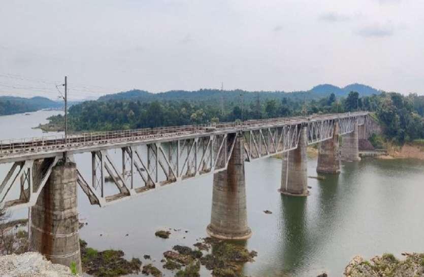 indian railways: तवा रेलवे ब्रिज और बागरातवा सुरंग से डेढ़ सौ साल से गुजर रही ट्रेनें