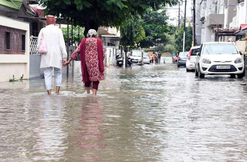 वडोदरा शहर में चार इंच बारिश, पानी जमा होने से परेशानी