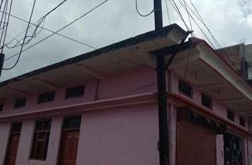 मकानों की दीवारों और छतों में चुन दिए बिजली के खम्भें. छज्जों और मकानों की दीवारें मार रही करंट