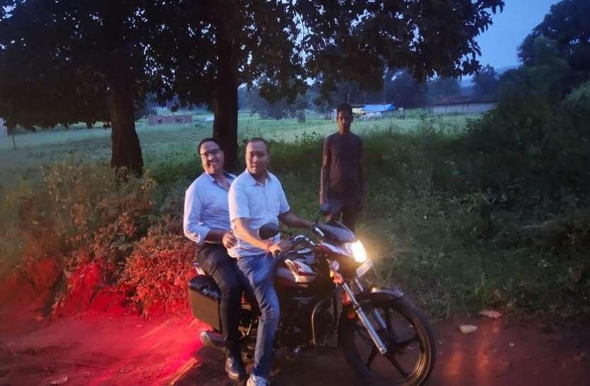 दुर्गम क्षेत्र में खुद बाइक पर सवार होकर पहुंचे सीएमएचओ, ट्रैक्टर पर लाए डिलीवरी टेबल और मेडिकल उपकरण