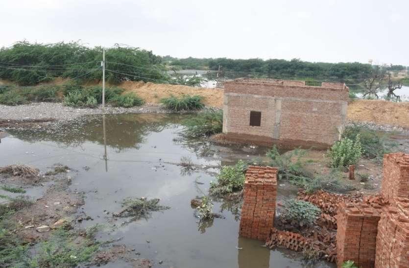 पानी बन रहा आफत, मकान दरकने की आशंका