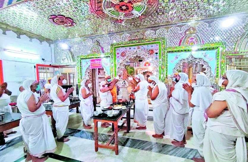 धार्मिक अनुष्ठानों से गूंज रहे जिनालय