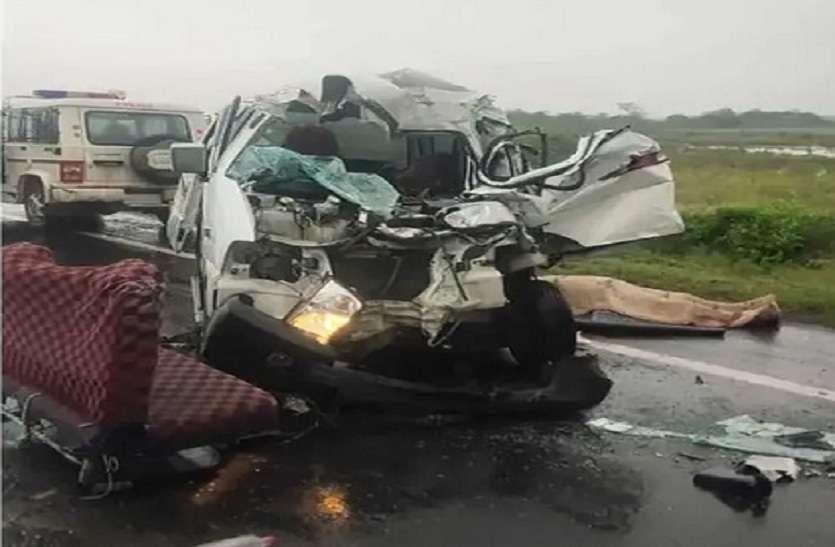 धंधुका-बगोदरा रोड पर खड़े ट्रक में घुसी वैन, चार की मौत