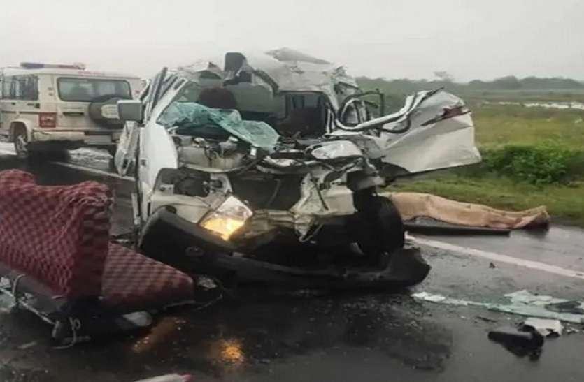 धंधुका-बगोदरा रोड पर खड़े ट्रक के पीछे घुसी वैन, चार की मौत