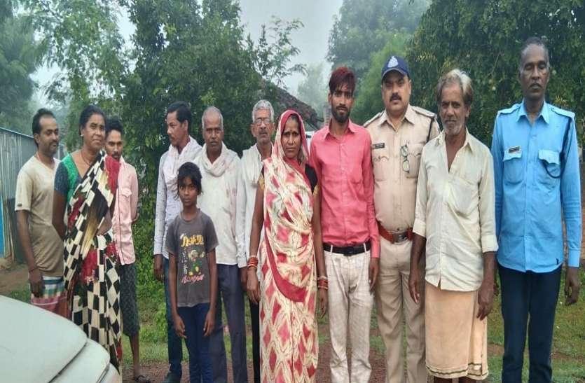 बेंगलुरु में बंधक युवक घर पहुंचकर माता-पिता से लिपट गया